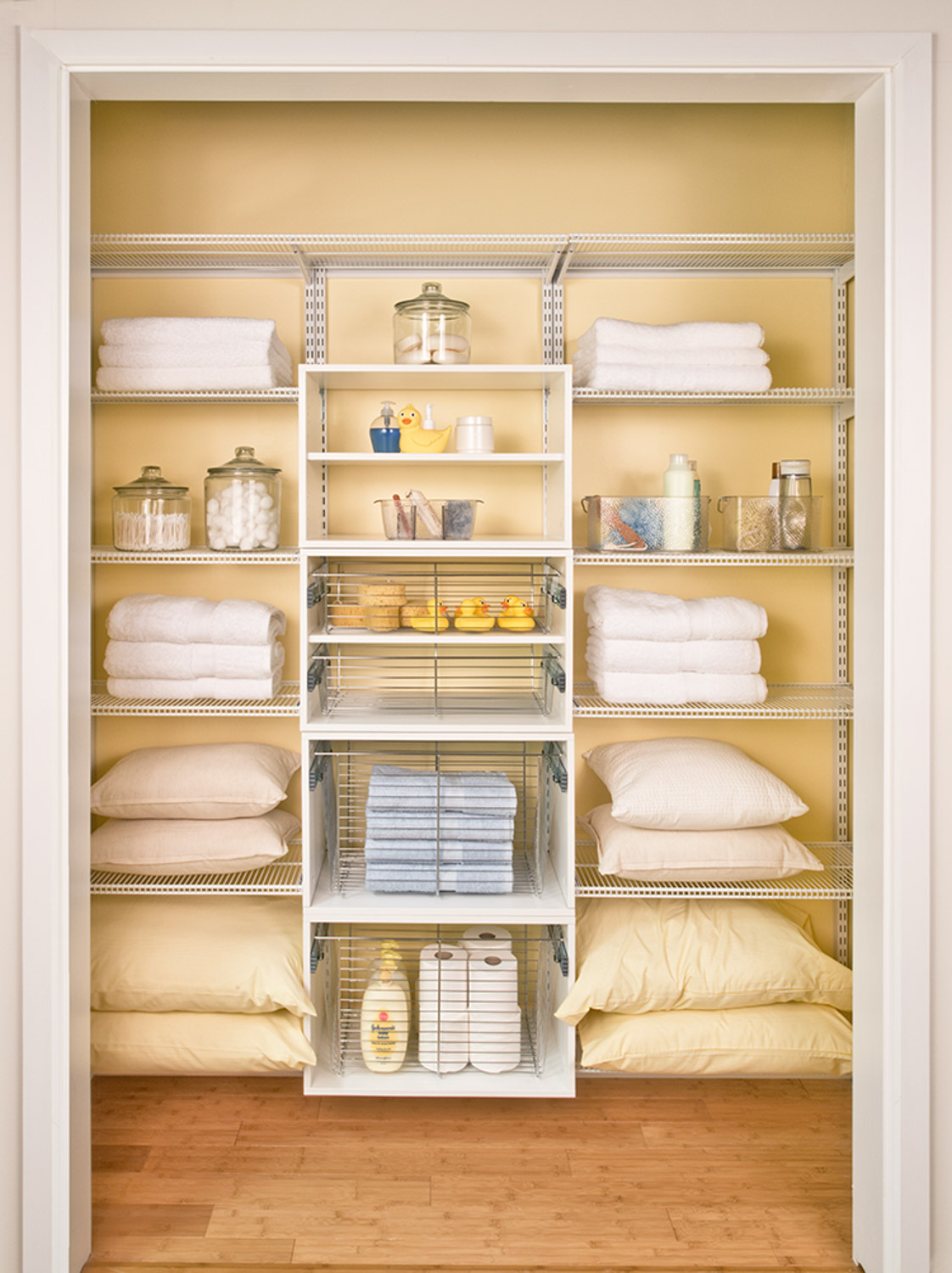 Organized Living Room: Home Storage Solutions
